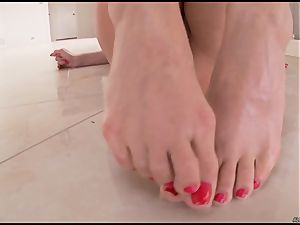 Alexa Nicole pushes her thumbs deep in her raw slit