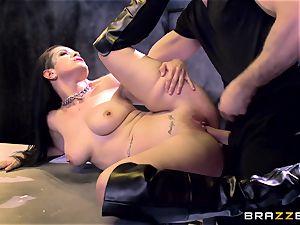 Katarina Jade demonstrates how it should be done