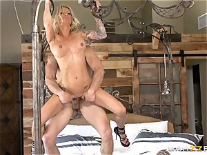 Smoking steaming blonde Synthia Fixx leaned over anf fucked